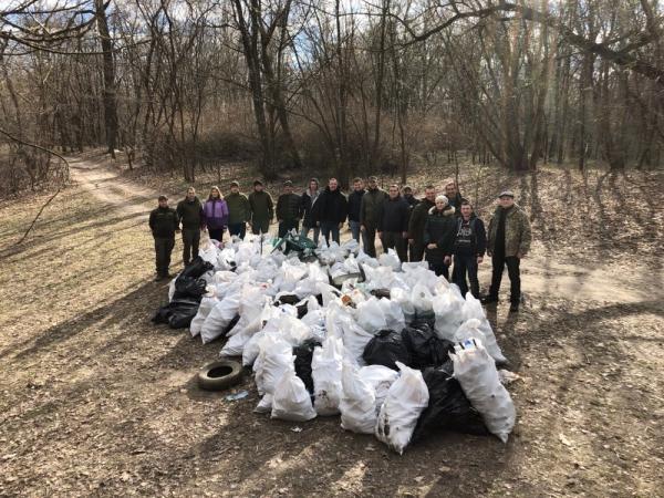 В рамках всеукраїнської акції ''Чисті водойми - екологічно здорова країна'' 2,5 тис. людей зібрали понад 5 тис. мішків та 25 причепів сміття