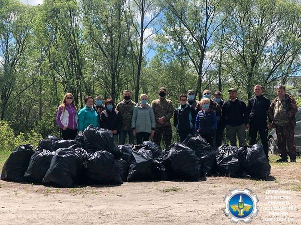 Сумський рибоохоронний патруль очистив від сміття береги Блакитних озер
